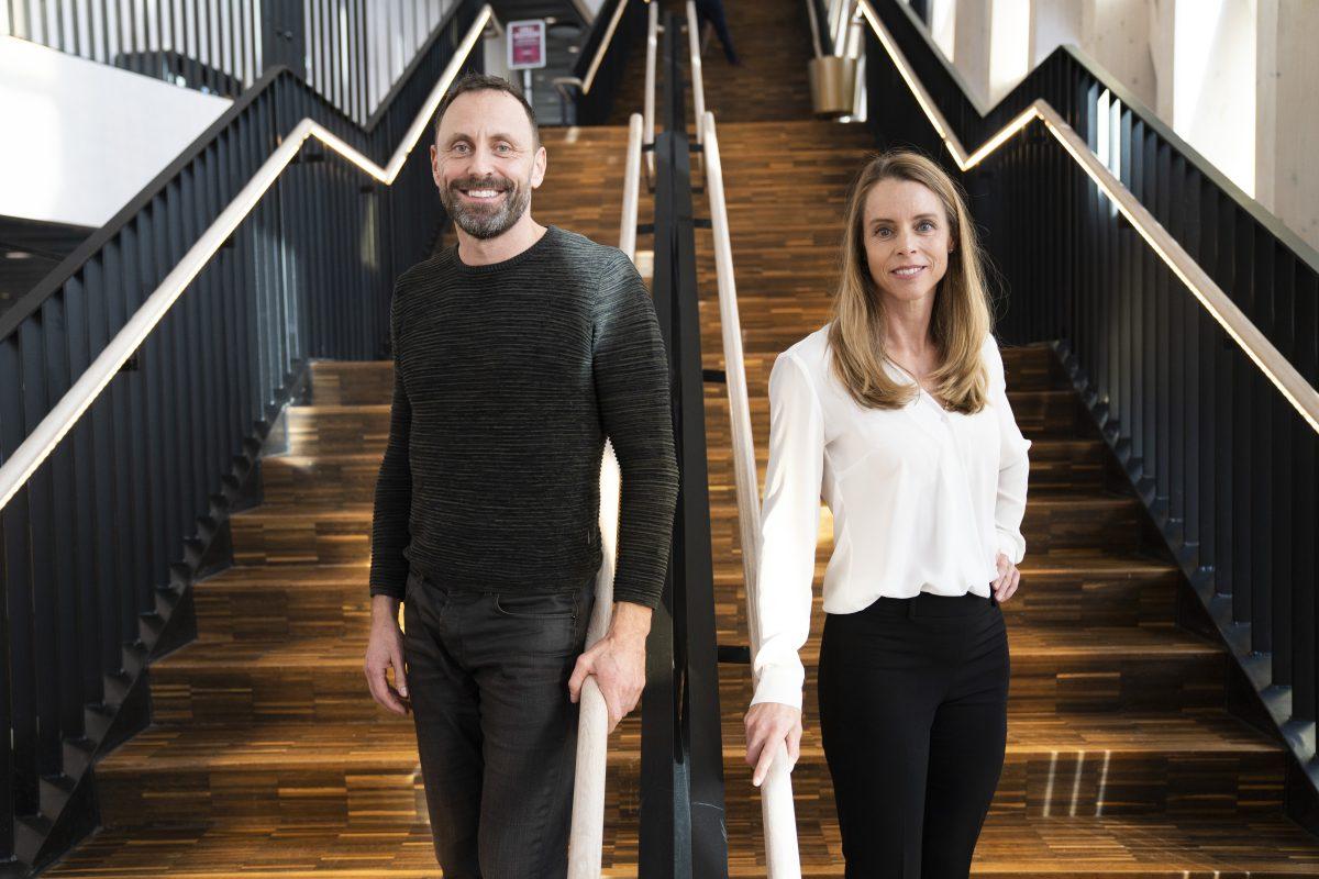 Mattias Sunneborn och Jenny Åkervall i en trappa